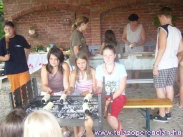 Kűrtőskalácssütés az erdei iskolában