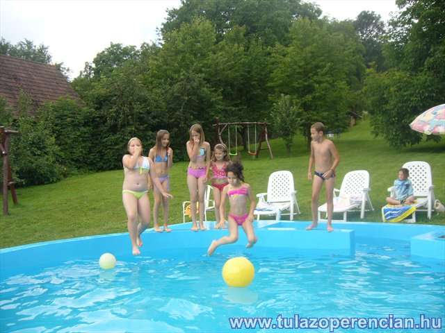 Ugrás a medencébe
